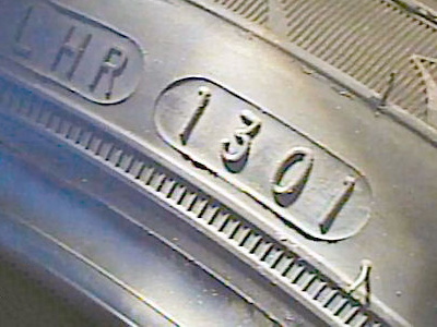 Gumiabroncs oldalán a DOT szám